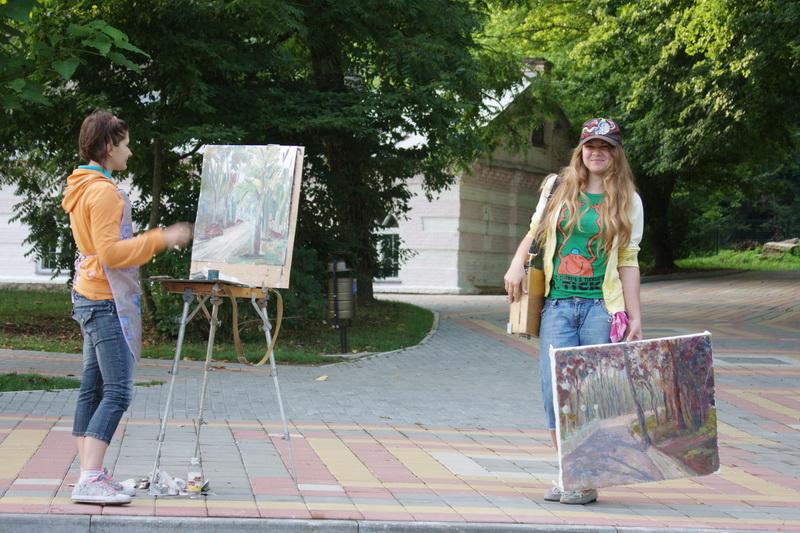 художницы рядом с питьевой галереей в Горячем Ключе
