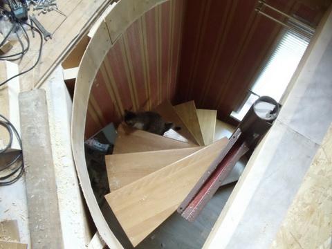 Монтаж лестницы на второй этаж. Вид с крыши