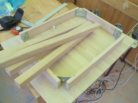 Стол из остатков дерева