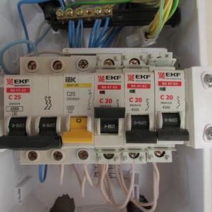 Автоматы электрические. Электропроводка в доме. распределительный щиток на втором этаже каркасного дома.