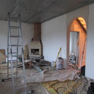 Арка в каркасном доме. угловой камин из кирпича